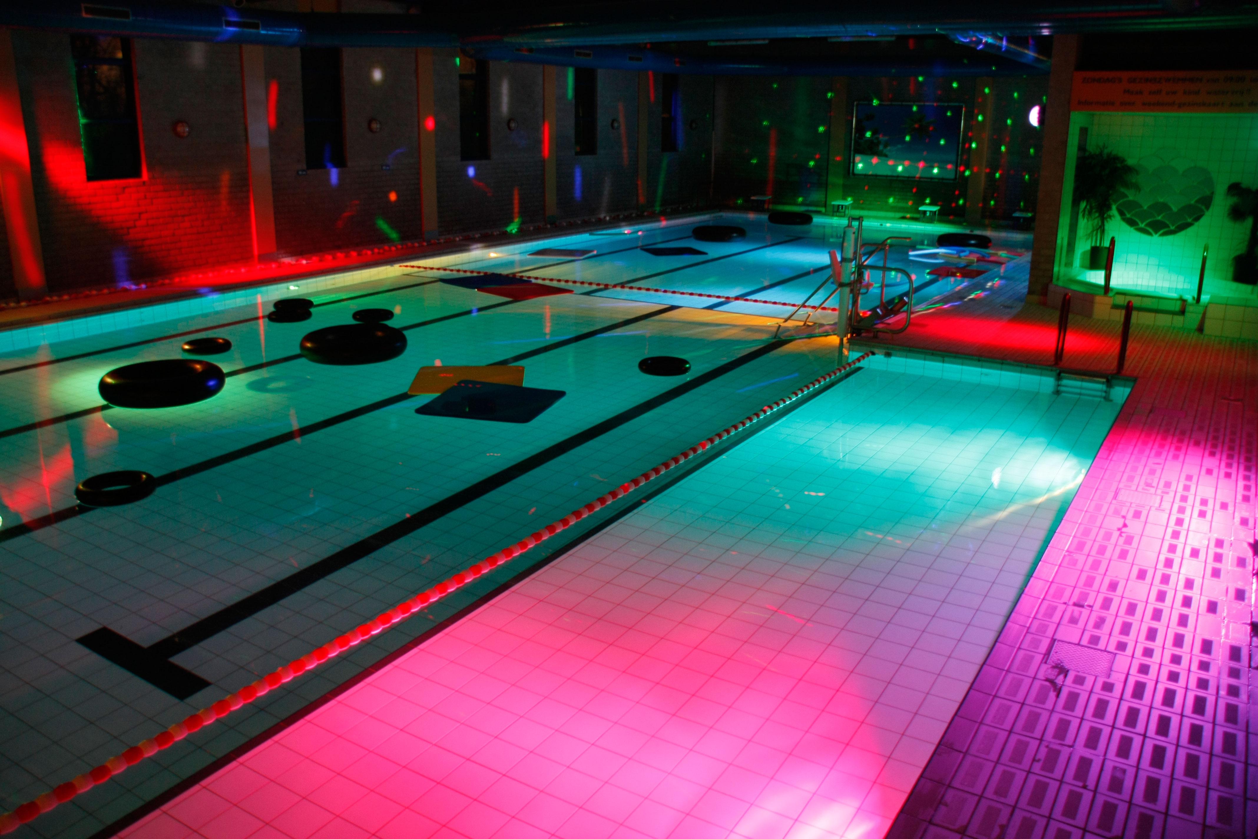 Kinderfeest discozwemmen groepsactiviteit zib zwemcentrum best